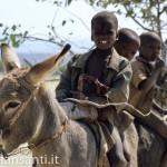 26 Namibia-Himba bimbi su asino