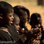 30 Namibia-Himba danza bambini