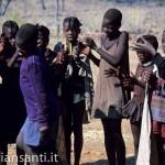 31 Namibia-Himba danza bambini 2