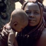 34 Namibia -Himba donna bimbo in braccio