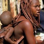 35 Namibia- Himba donna bimbo dorme