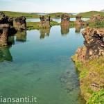 islanda- rocce vulcaniche su lago mivatn